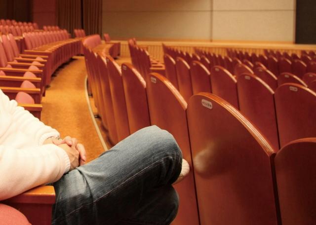 【初心者必見】舞台観劇におすすめの持ち物7選と最低限の3つのマナー(観劇ライター)