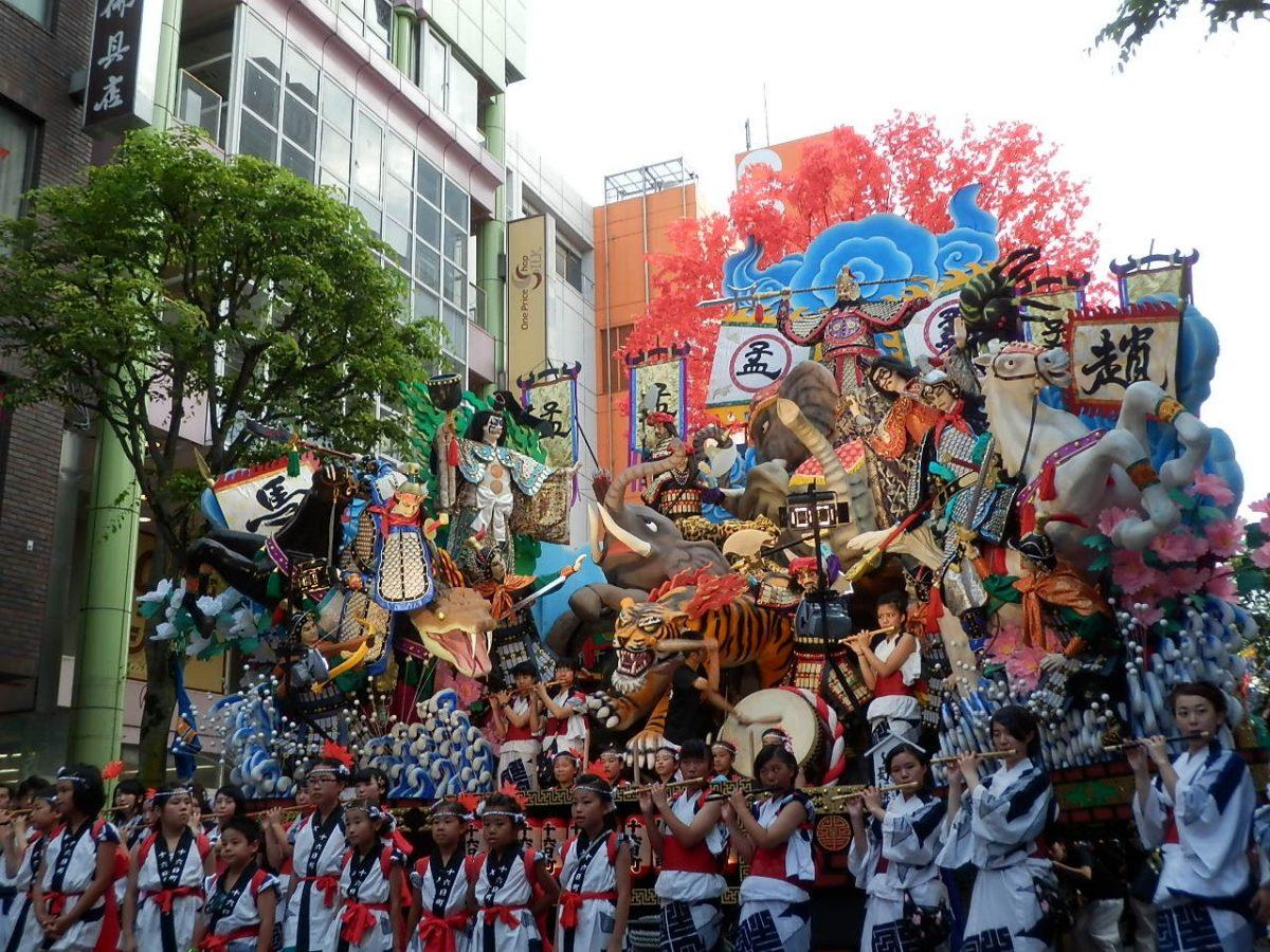 【青森】ねぶたよりもスゴい!?変型・巨大化する山車祭り・八戸三社大祭
