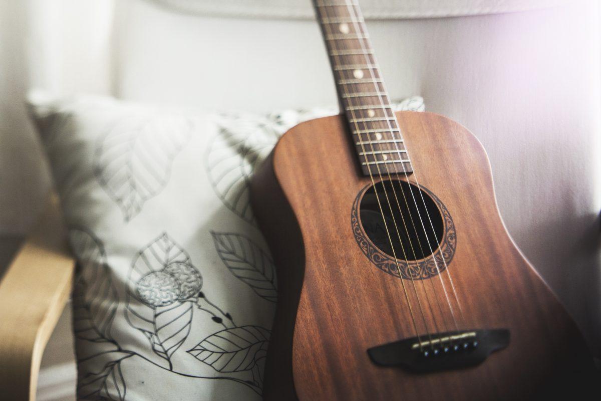 手が小さめさん・ずぼらさんでもラクして弾き語り!ギター省略コードの極意(楽器ライター)