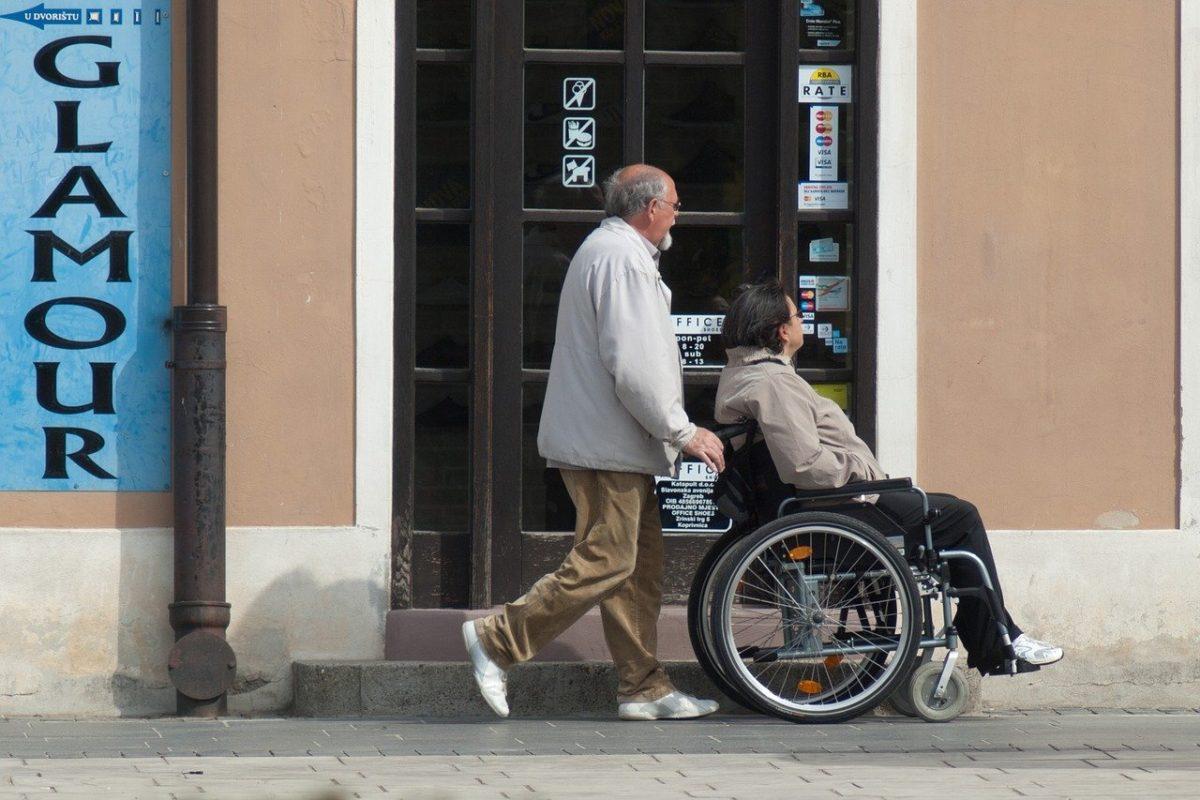 認知症の方に効果的!人間らしさを尊重した介護技術「ユマニチュード」の役割
